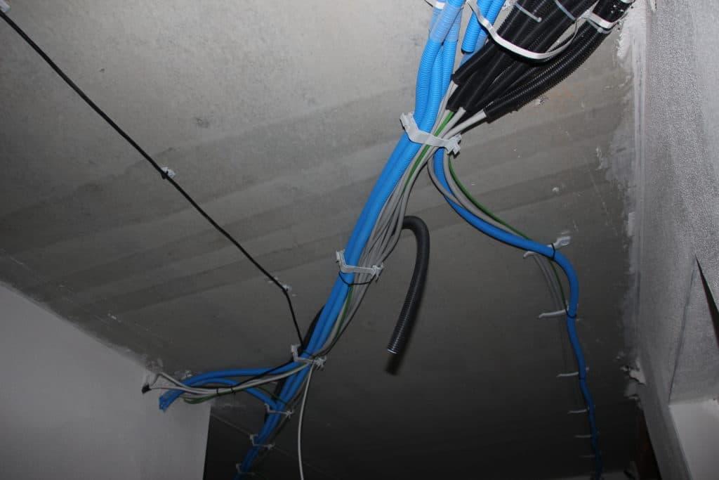 Elektrokabel, Installation im Flur, Erdgeschoss eines Gebäudes